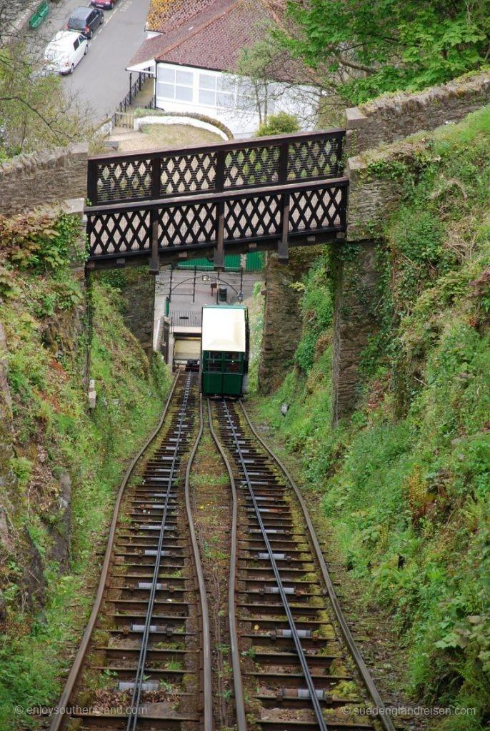 Von unterhalb der Ausweiche nähert sich der Gegenzug der Lynton Cliff Railway