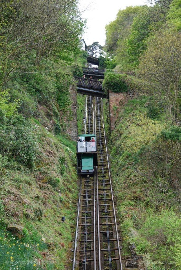 Steil geht sie inmitten der Felsen hinauf, die Lynton Cliff Railway