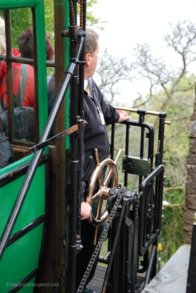 Der wichtigste Mann am Wagen der Lynton Cliff Railway - der Bremser