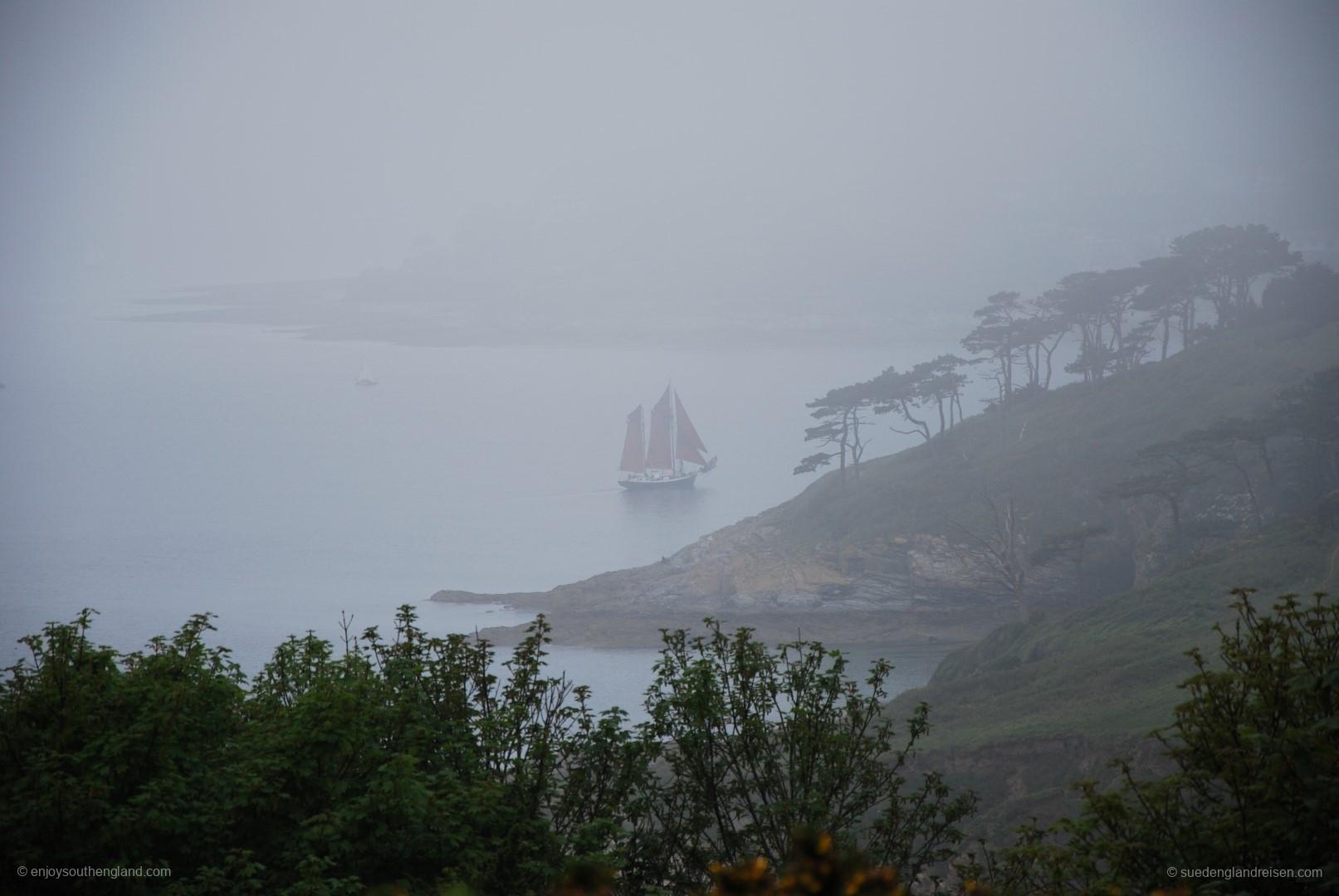 Keine Fata Morgana und auch kein Zeitsprung: Altes Segelschiff vor der Küste der Roseland Peninsula im Nebel
