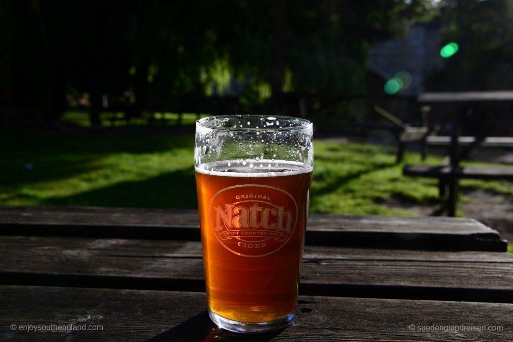 Im Garten ganz unten mitten im Grünen. Und das Glas stimmt nicht ganz mit dem Getränk überein: Drin ist ein feines Ale!