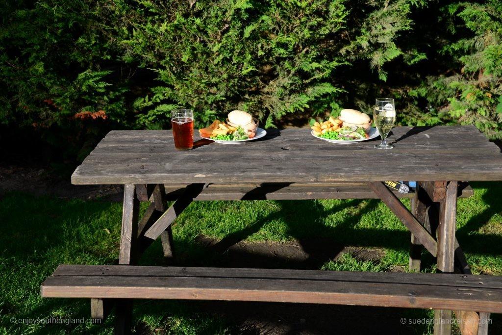 Klassiker im Garten: Zweimal Steak-and-Ale-Pie, einmal Ale, einmal Cider.