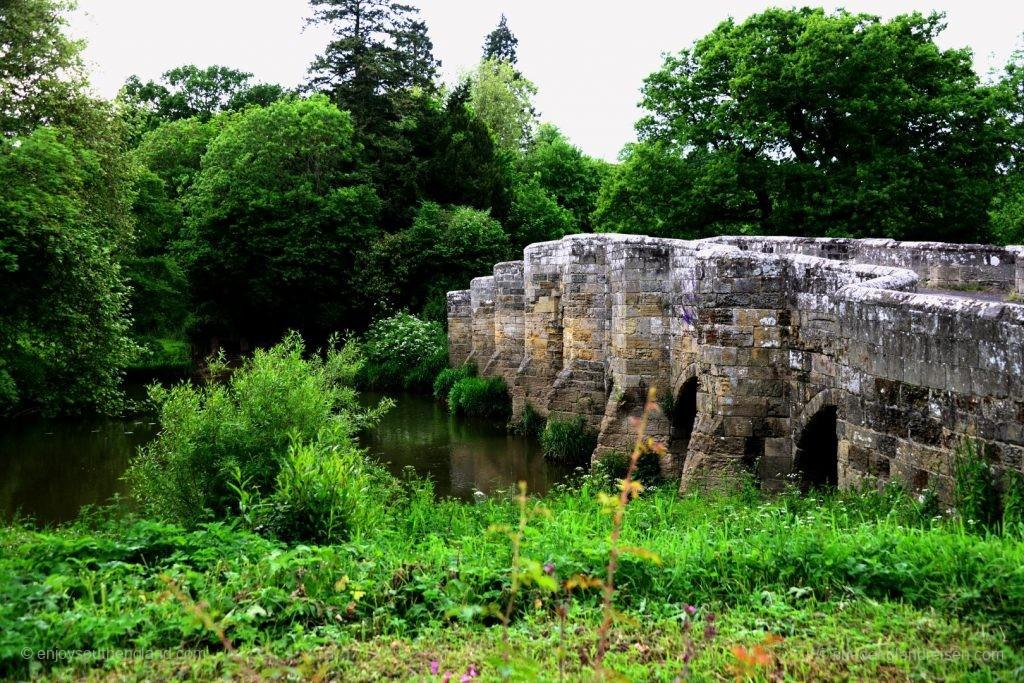 Die Stopham Bridge aus dem Jahr 1309 über den River Arun.