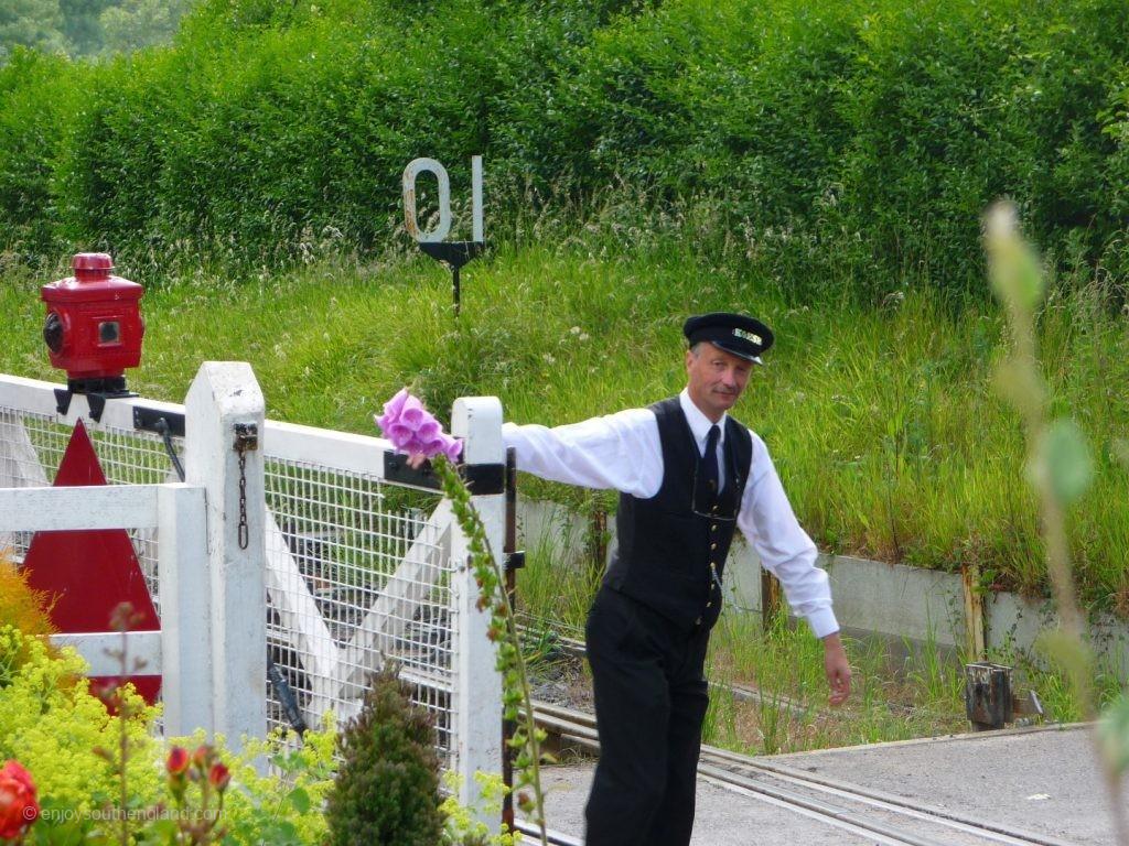 Kent & East Sussex Railway - die Schranken werden geschlossen