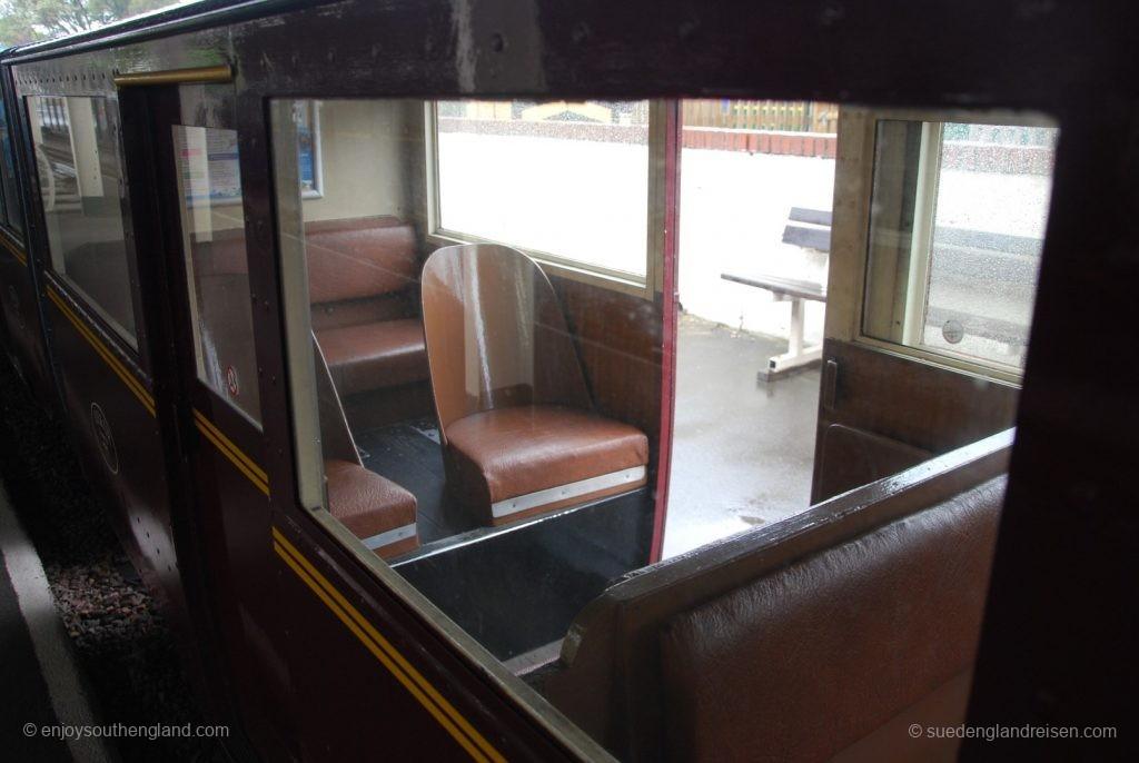 Romney, Hythe & Dymchurch Railway - ein Passagierwagen auf schmaler Strecke