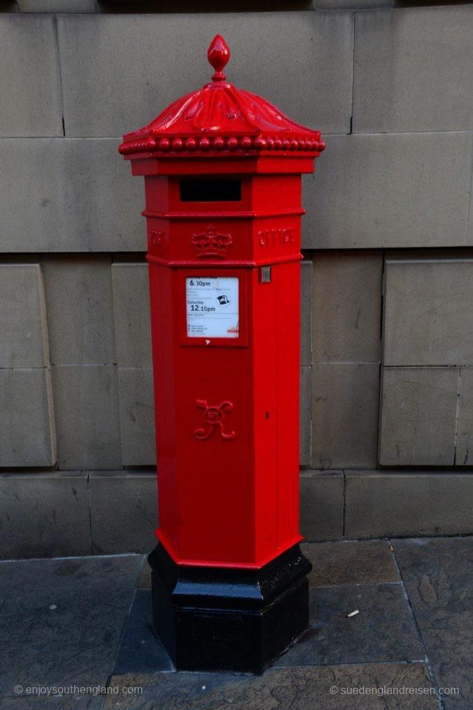 Ein echtes Schmuck- und Fundstück: Eine ganz alte Postbox (Pillar Box) aus der Zeit von Queen Victoria