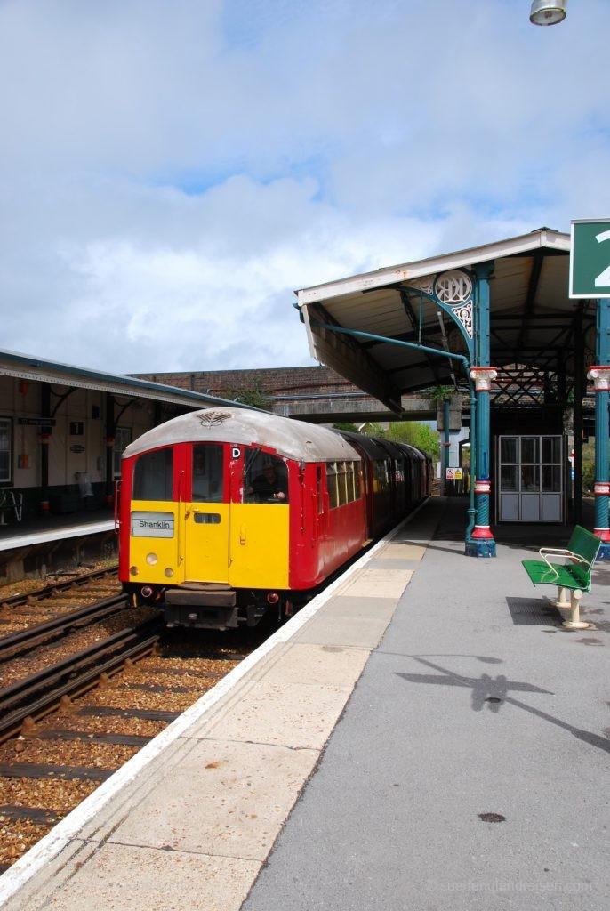 IOW Island Line - Halt in Ryde St. John Street. Man beachte die schöne alte Bahnhofsarchitektur.