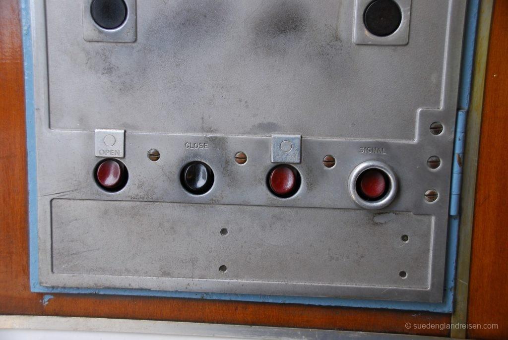 IOW Island Line - Bedienpult für die Türen – frei zugänglich an der führerstandslosen Seite des Wagens.