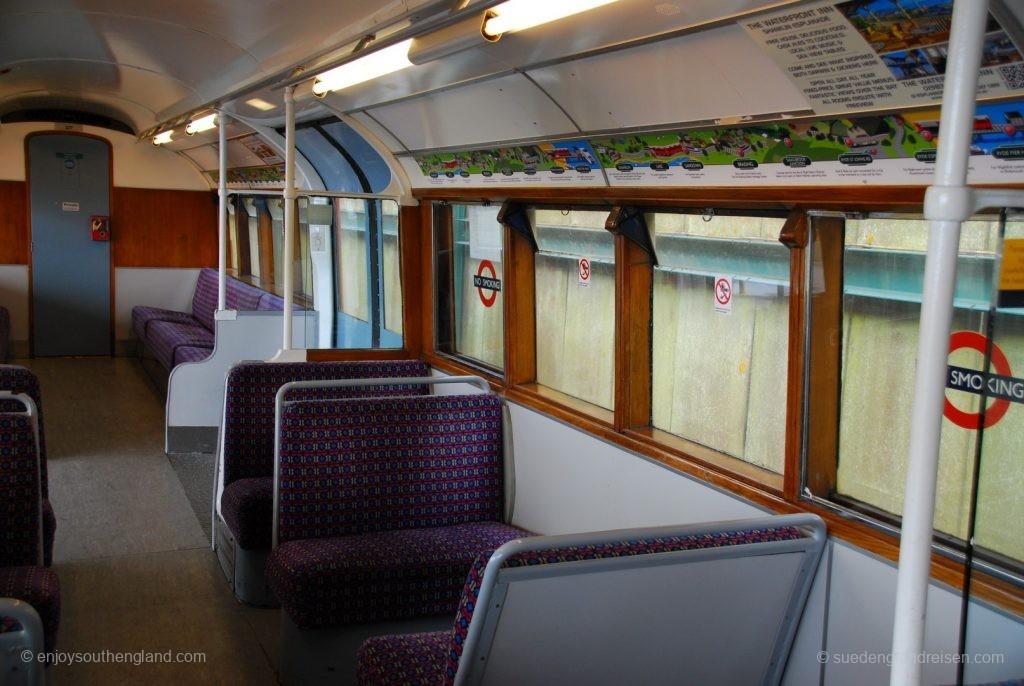 IOW Island Line - Innenansicht eines der U-Bahn-Wagen – man beachte die über den Fenstern angebrachte gezeichnete Beschreibung der Strecke mit Halten und Sehenswürdigkeiten.