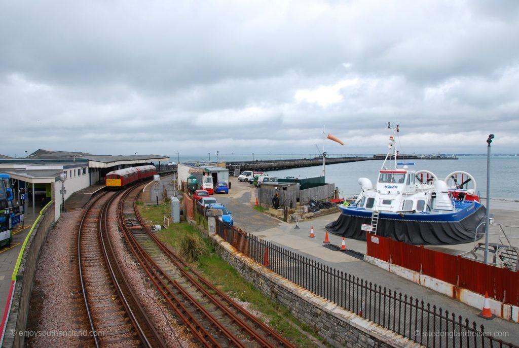 IOW Island Line - Ryde Esplanade – hier bestehen Umsteigemöglichkeiten zu den Bussen (links) und dem Hovercraft (rechts).