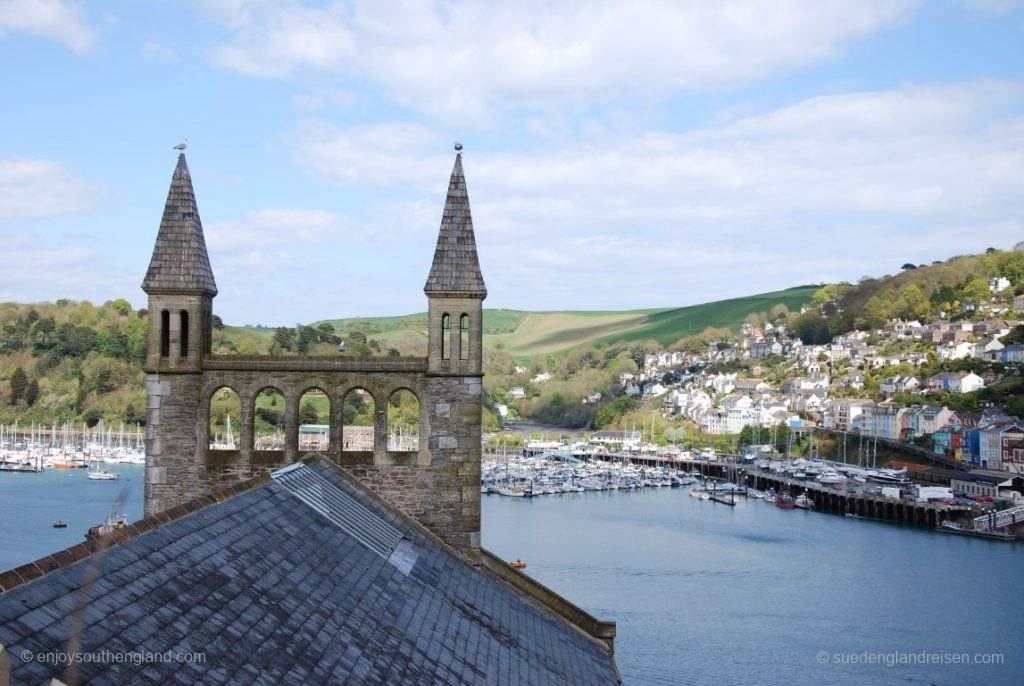 Blick von oben auf den Hafen und das gegenüberliegende Kingswear