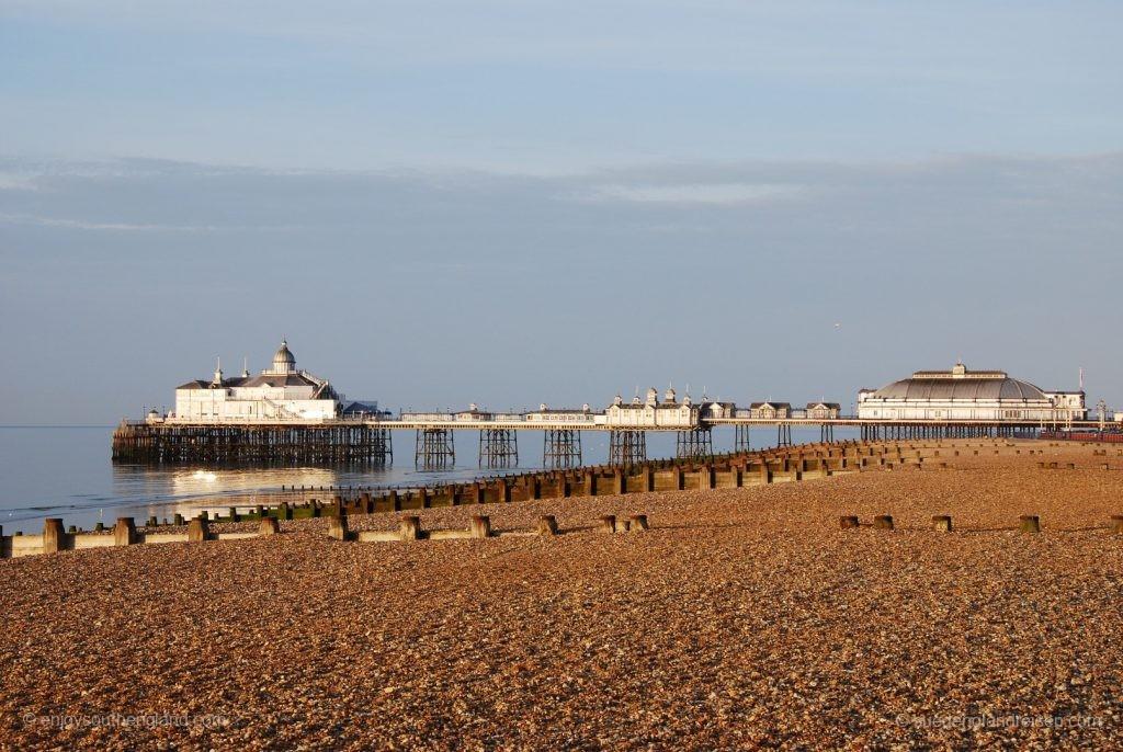 Seafront von Eastbourne mit Pier