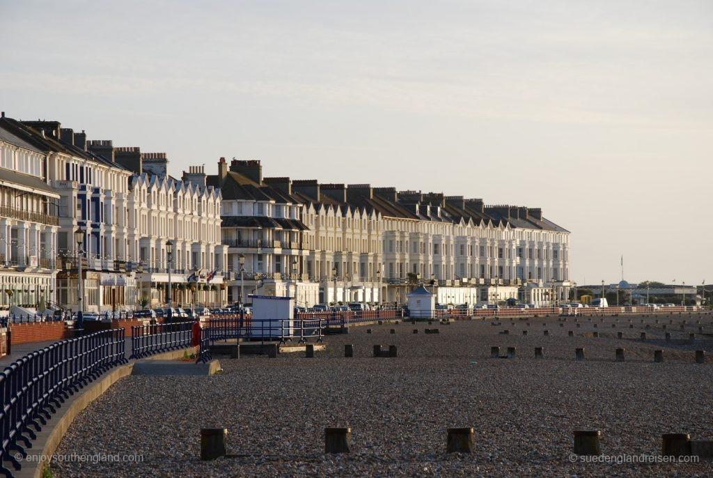 Seafront von Eastbourne mit Kiesstrand