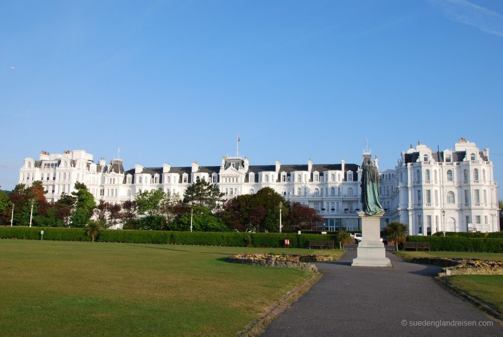 Promenade mit Grand Hotel in Eastbourne