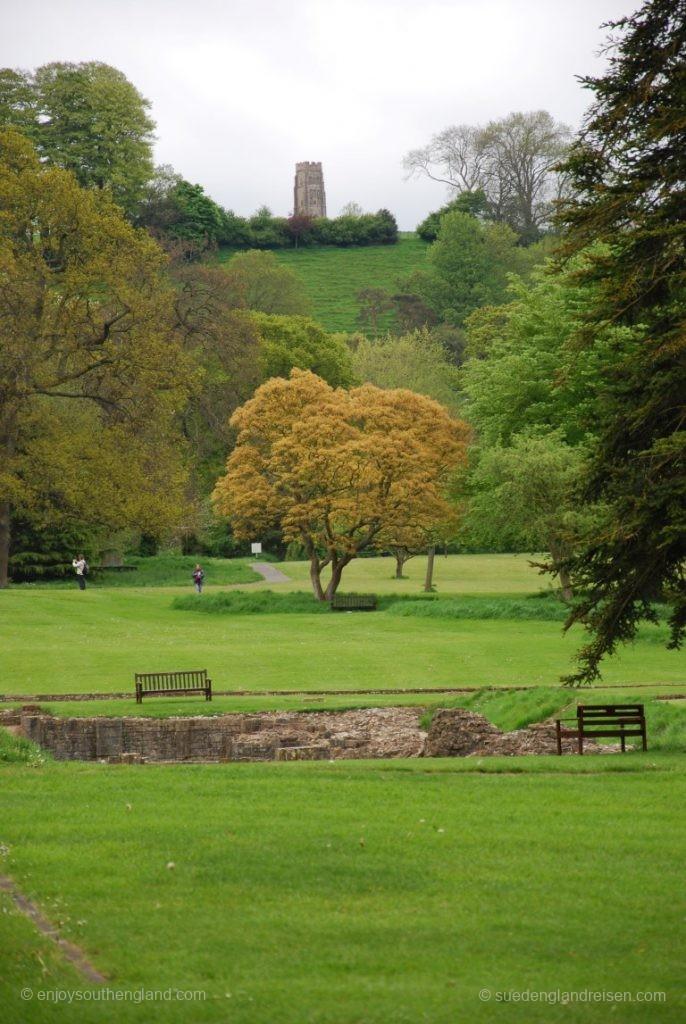 Der Glastonbury Tor im Hintergrund