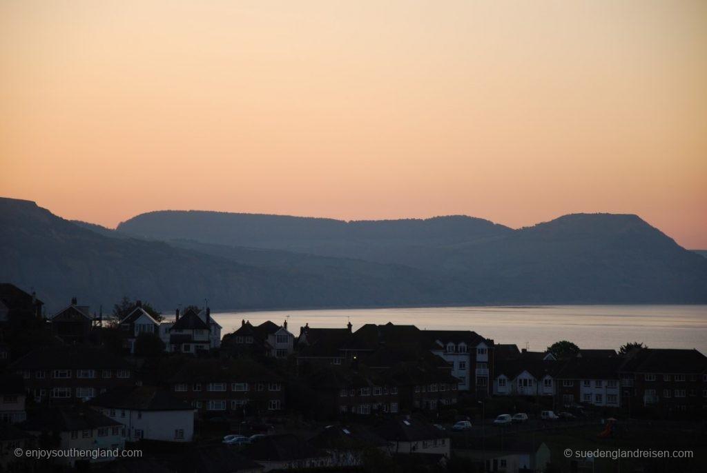 Die Jurassic Coast bei Lyme Regis kurz vor Sonnenaufgang