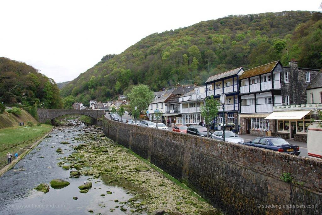 Lynmouth am River Lyn, rechts hinter den Häusern verläuft die Fußgängerzone.