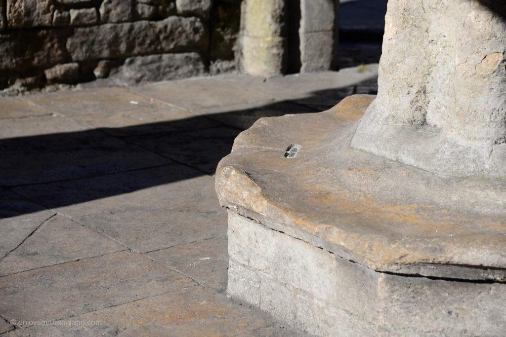 Malmesbury - die Steine des Market Cross zeigen die Spuren jahrhundertelanger Verwendung