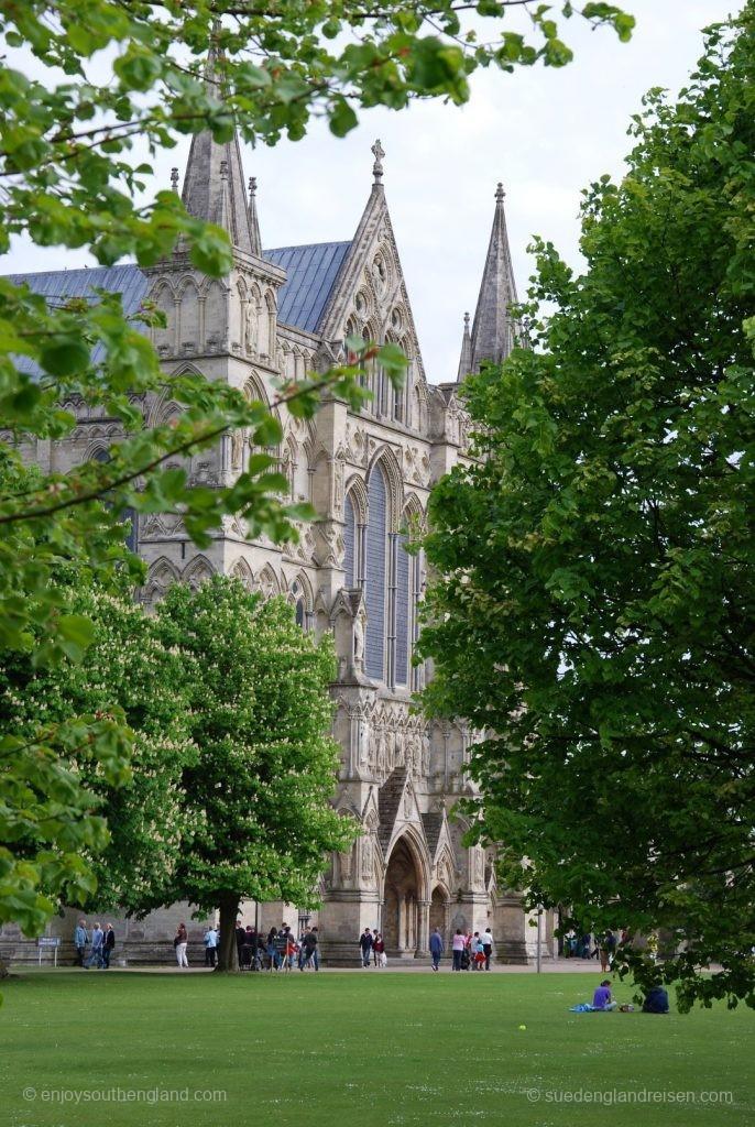 Die Kathedrale von Salisbury blinzelt durch die Bäume, die den Cathedral Close umstellen