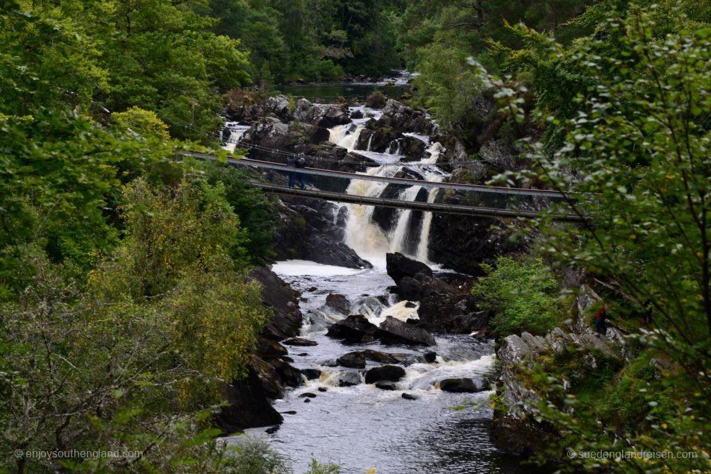 Hängebrücke über die Rogie Falls