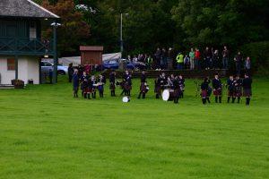 Die Pipes and Drums warten auf ihren Einsatz beim Highland Evening von Pitlochry