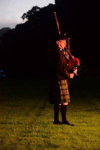 Der einsame Dudelsackspieler am Highland Evening von Pitlochry