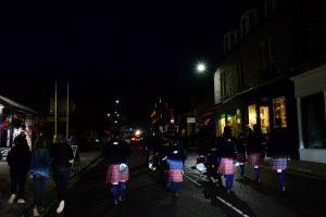 Die Zuschauer folgen des Pipes and Drums zurück auf die High Street von Pitlochry