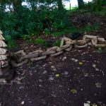 Im Woodland Trail von Drummond Castle Gardens - aus ganzen Bäumen herausgeschnittene Kunst