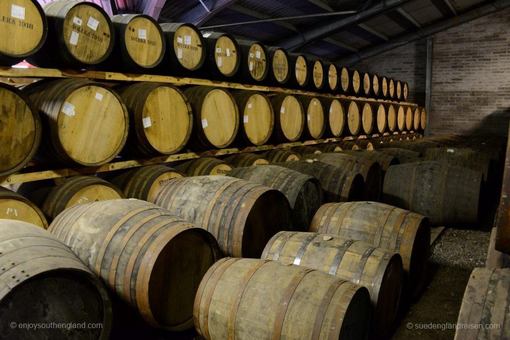 Der Reichtum der Destillerie - die lagernden Fässer. Vor Ablauf von zehn Jahren kommt hier keines raus!