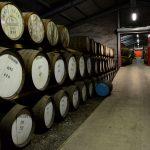 lagernde Whiskyfässer in der Edradour Distillery