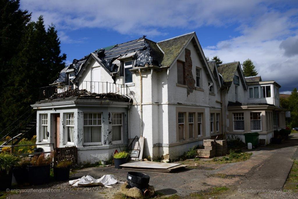 """Ein Lost Place im nichts: Das 1714 erbaute """"Amulree Hotel"""", ein Lonely Inn."""