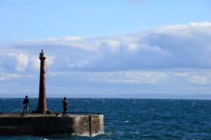 Angler an der Hafeneinfahrt von Anstruther
