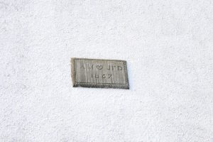Detail am Haus in St. Monans: Baujahr und Initialen des Erbauerpaares
