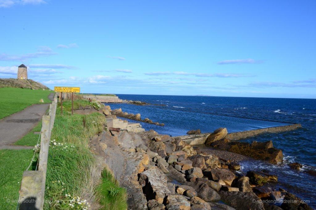 Bei St. Monans: Die Windmühle und das alte Seeschwimmbad