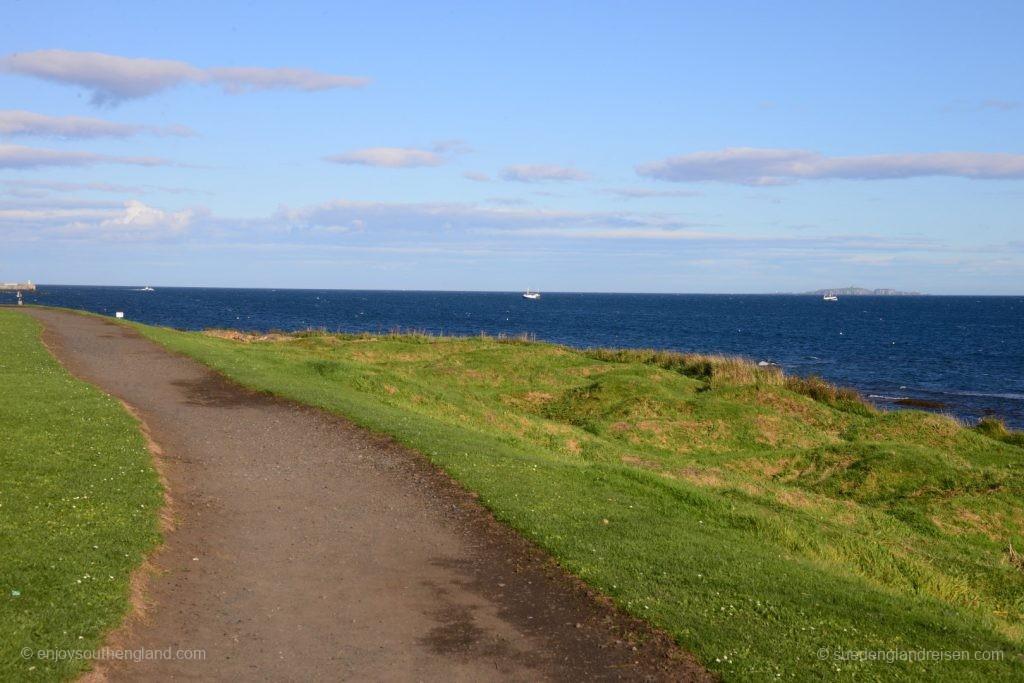 Typisch für Großbritannien: Tiefgrün bis zum Meer und dann tiefblau. Die Farben sind einfach unglaublich.