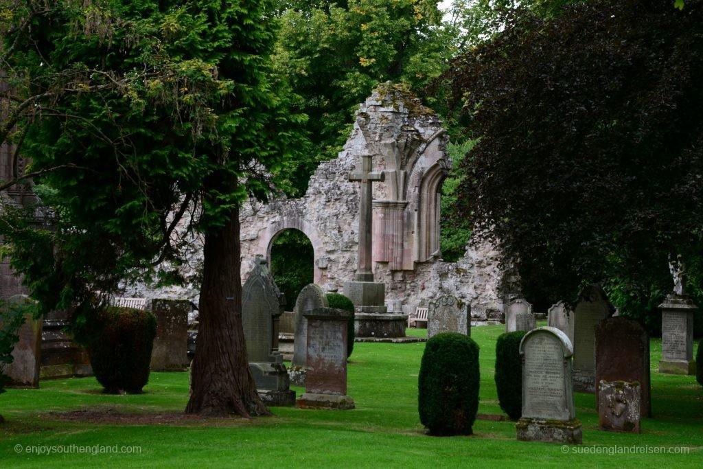 Die romantisch gelegene Ruine der Dryburgh Abbey