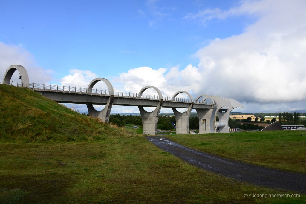 Das Falkirk Wheel mit dem modernen Aquaeduct in voller Pracht
