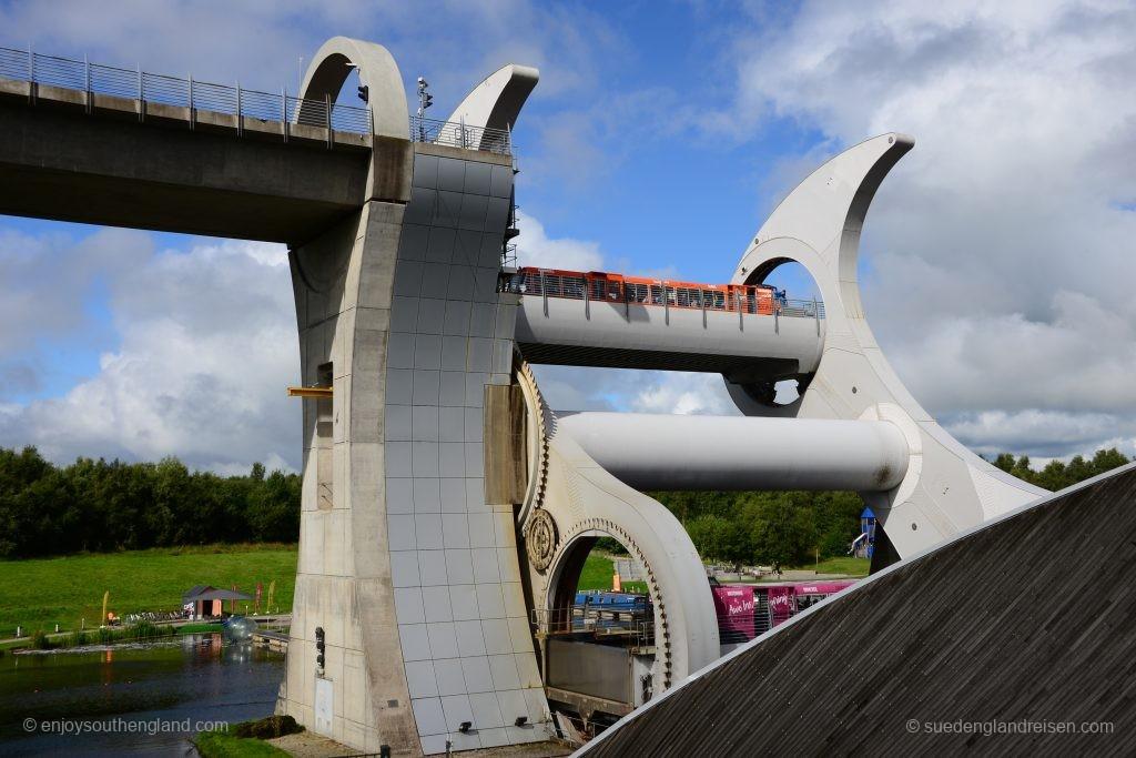Das Falkirk Wheel in Aktion - mit der Drehung wird ein Boot von oben nach unten und gleichzeitig ein anderes von unten nach oben befördert.