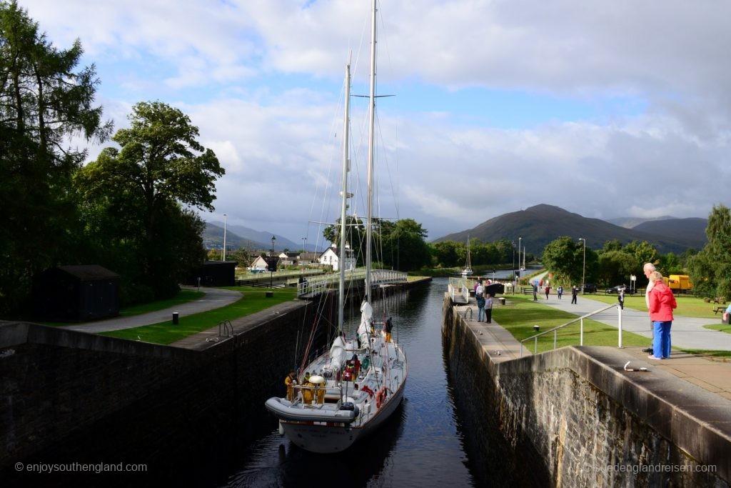 Es durchfahren durchaus größere Schiffe den Caledonian Canal und durch Neptune's Staircase