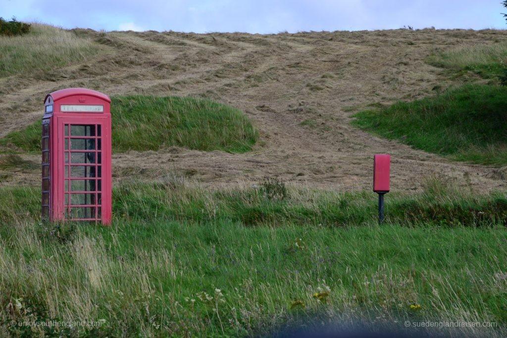 Und auch das ist typisch: Abseits jeder Ansiedlung einsam stehende Telefonzelle und Briefkasten. Man sieht dem Lack an, dass sie schon sehr lange hier stehen...