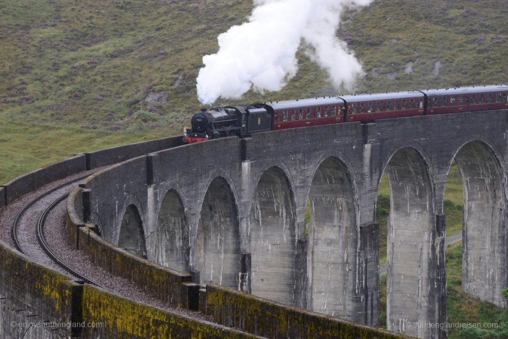"""Der """"Hogwarts Express"""" auf dem beeindruckenden Glenfinnan Viaduct"""