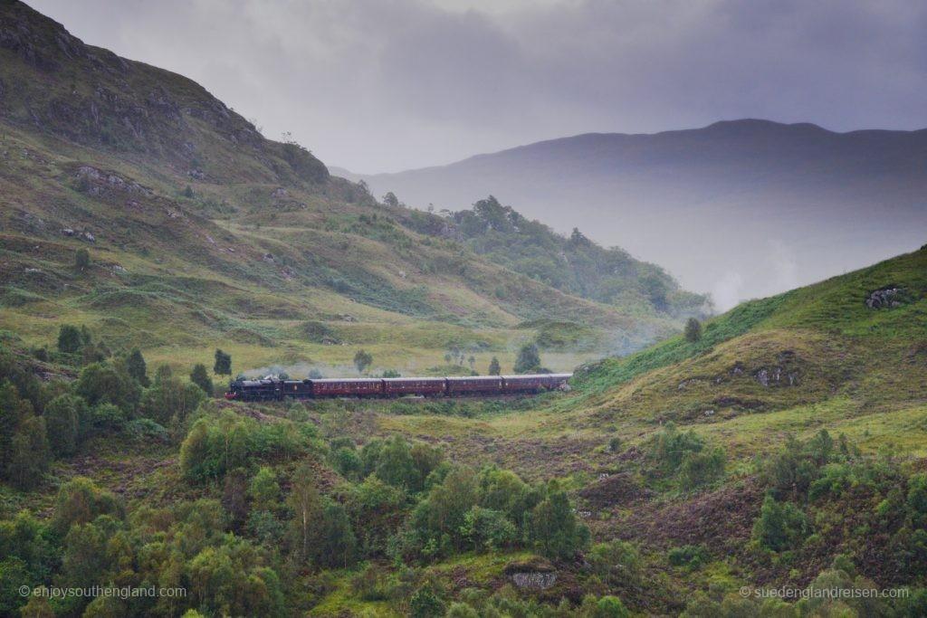 Und hier kommt der Zug - ob Harry Potter wirklich drinsitzt?