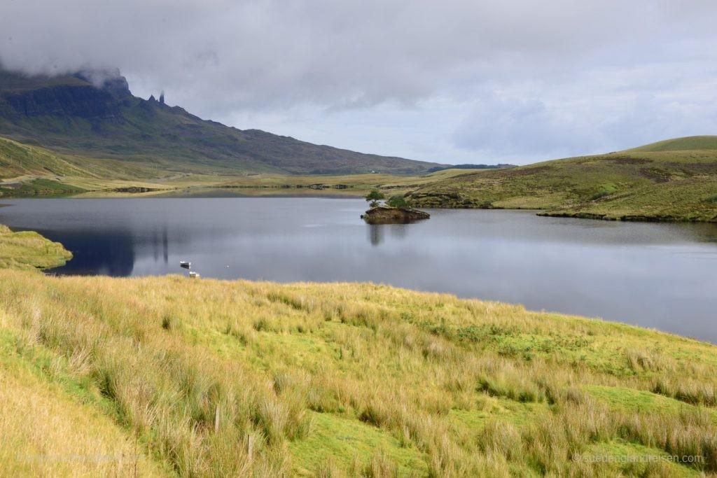Loch Fada auf der Isle of Skye - im Hintergrund der Old Man of Storr