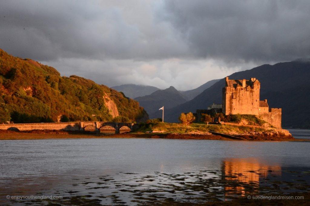 Eilean Donan Castle im warmen Licht direkt vor Sonnenuntergang