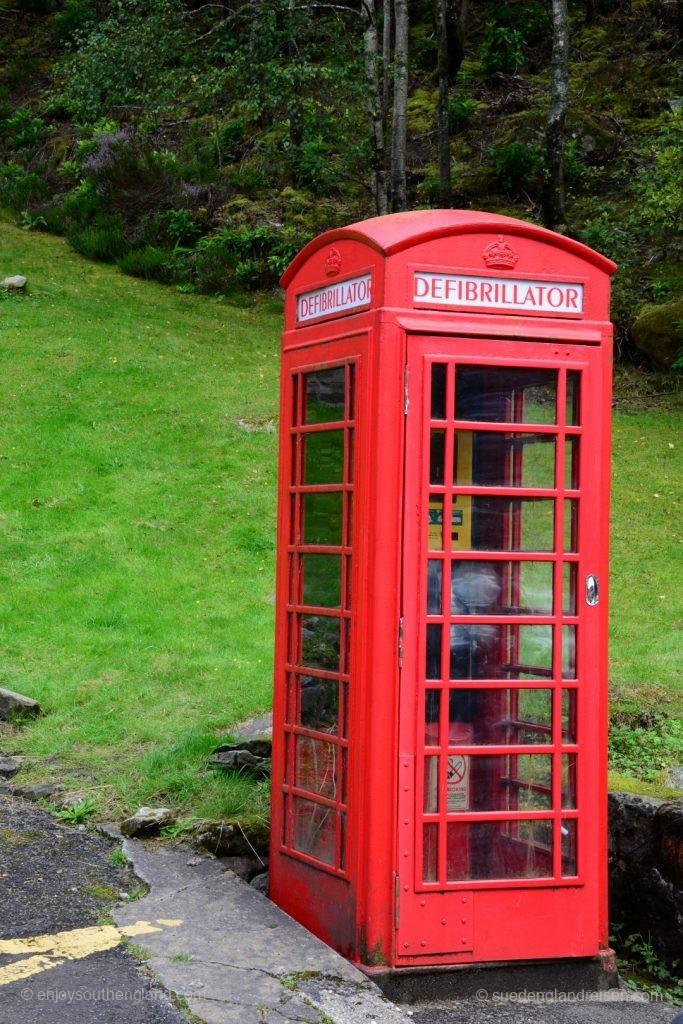 """Im Zeitalter der Mobiltelefone werden Telefonzellen immer unwichtiger und kaum noch genutzt. Anstatt die schönen roten """"Phone Booth"""" aber abzubauen, werden sie gerne als Bücherbox oder wie hier als Station für einen Defibrillator genutzt."""