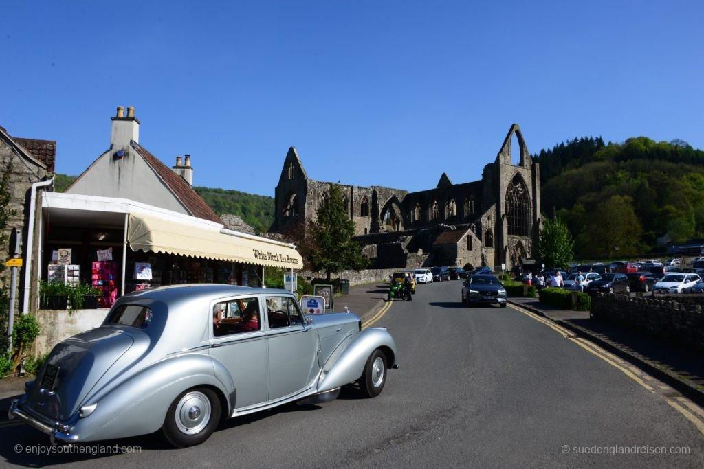 Tintern Abbey mit britischer Oberklassenlimousine