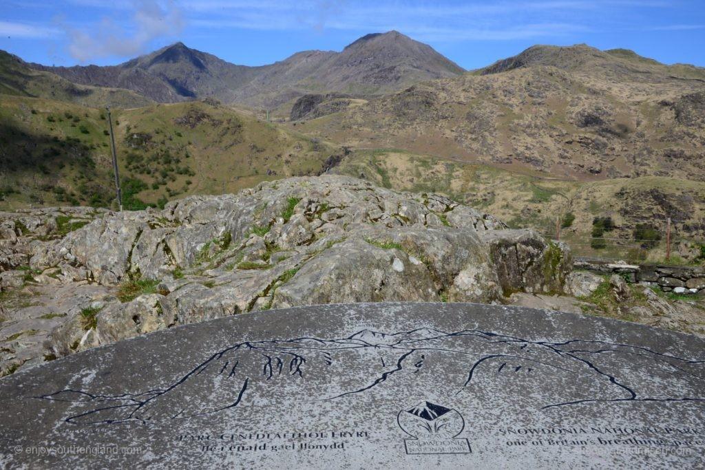 Imposante Bergwelt in Snowdonia - in der Mitte im Hintergrund ganz ohne Wolken der Mount Snowden
