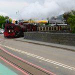 Welsh Highland Railway in Porthmadog auf der Straße