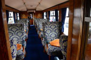 Im inneren eines Zuges der Welsh Highland Railway