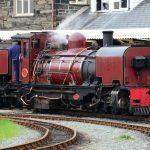 Welsh Highland Railway im Bahnhof von Porthmadog